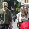 Elsa Pataky y Chris Hemsworth, de paseo con su hija India, que acaba de cumplir un mes