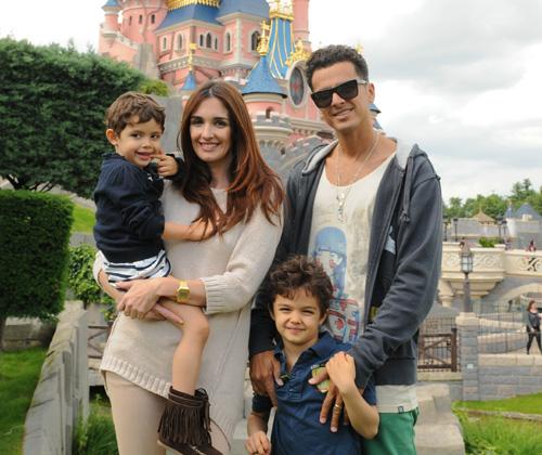 Paz Vega, nuevo fichaje de Almodóvar, junto a sus hijos y su marido en Disneyland