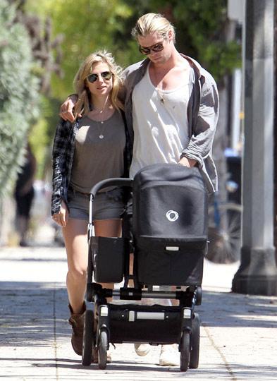 En los brazos de Chris Hemsworth hay sitio suficiente para sus dos chicas