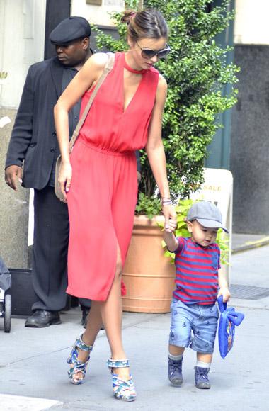 Flynn, el hijo de Orlando Bloom y Miranda Kerr, ya da sus primeros pasitos por las calles de Nueva York