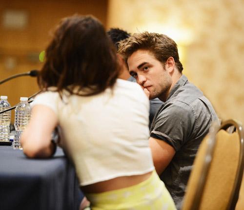 Robert Pattinson está demasiado dolido para perdonar a Kristen Stewart
