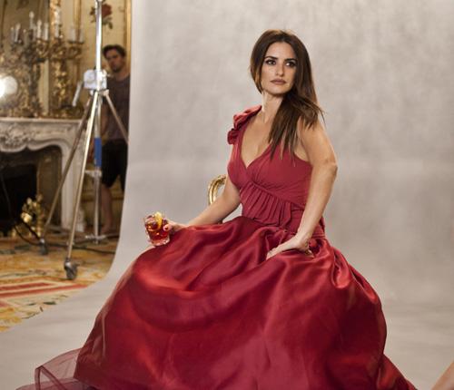 Penélope Cruz, la mujer de rojo del calendario Campari 2013