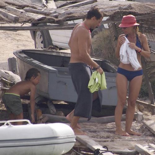 Cayetana Guillén Cuervo se relaja bajo el sol de Formentera junto a su marido y su hijo