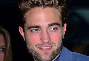 Con los labios sellados y una tímida sonrisa, Robert Pattinson reaparece tras la infidelidad de Kristen
