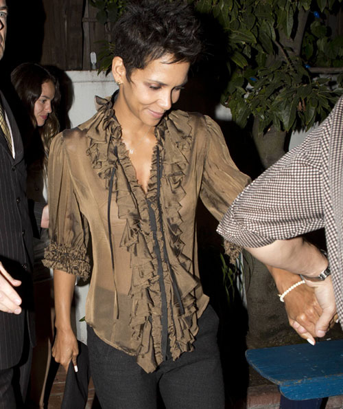 Halle Berry, a la salida del restaurante Little Door de West Hollywood, en Los Ángeles
