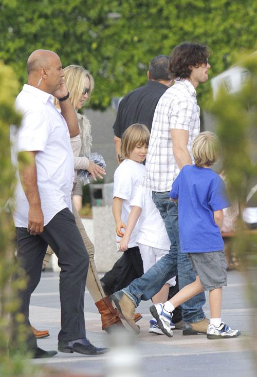 Sharon Stone se lleva al rodaje de su nueva película a su jovencísimo novio y a sus tres hijos