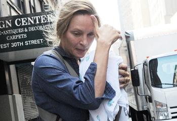 Un mes después de convertirse en madre... Uma Thurman se deja ver por primera vez junto a su hija