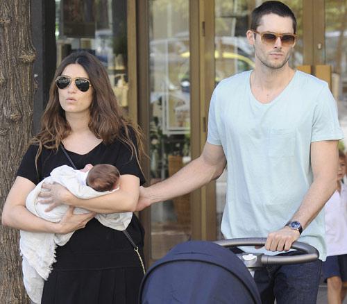 Olivia Molina y Sergio Mur, unos felices papás de paseo con su recién nacida