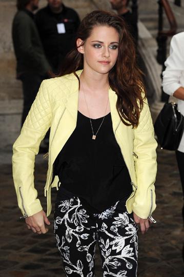 ¿Es esta la sonrisa del perdón? Kristen Stewart llega a París después de pasar más tiempo junto a Robert Pattinson