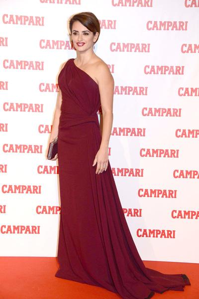 Penélope Cruz tiñe de rojo Milán y desafía a las supersticiones en la presentación del calendario Campari