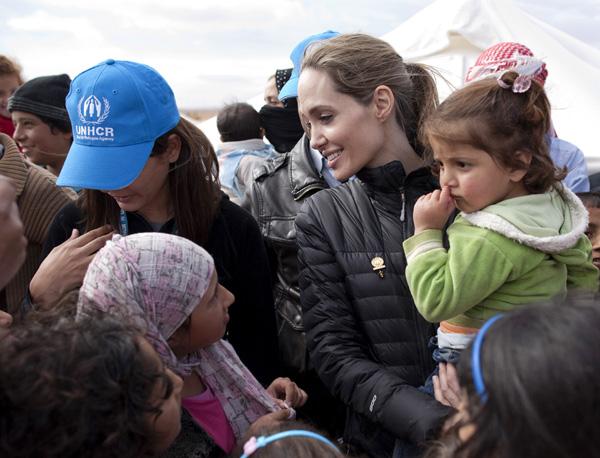 Ante su cercana boda con Brad Pitt, Angelina Jolie continúa con su labor solidaria