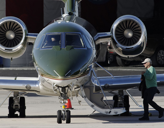 Pilotando su propio jet privado, Harrison Ford comienza sus vacaciones navideñas en familia