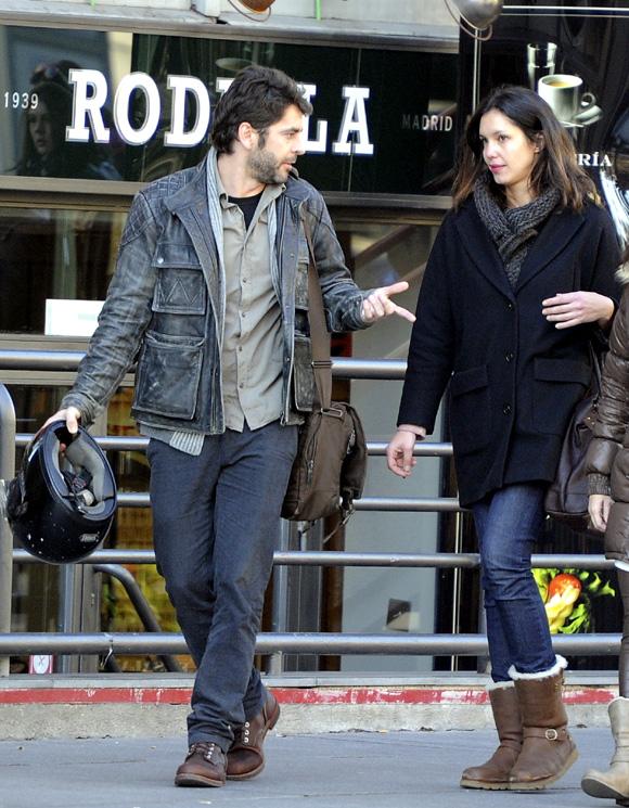 Eduardo Noriega, de paseo con su chica por Madrid