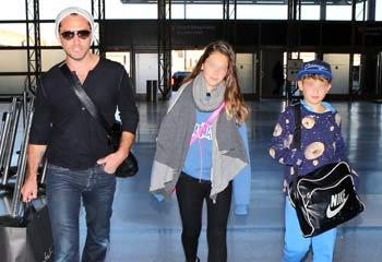 Jude Law y sus hijos Iris y Rudy regresan a casa tras unas vacaciones en Hawai