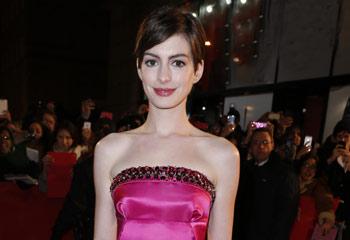 Anne Hathaway tiñe de glamour y de rosa el estreno de 'Los Miserables' en París