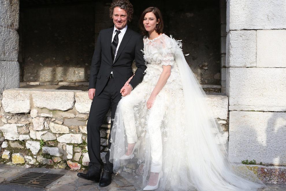 una ciudad de cuento, un vestido de novia con pantalones de cuero
