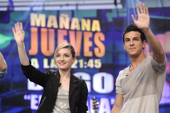Mario Casas, todo un caballero con su novia, María Valverde