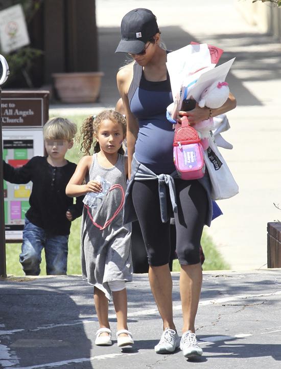 Halle Berry ya presume de 'tripita' de embarazada