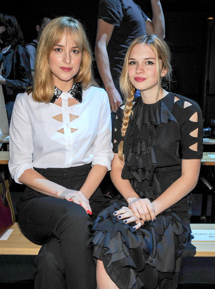Stella del Carmen y Dakota, las hijas 'modelo' de Melanie Griffith a pie de pasarela