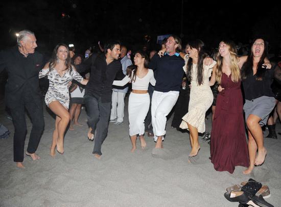 fiesta acompañante del hotel bailando
