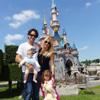 Carlos Moyá y Carolina Cerezuela disfrutan con sus hijos de la magia de Disney
