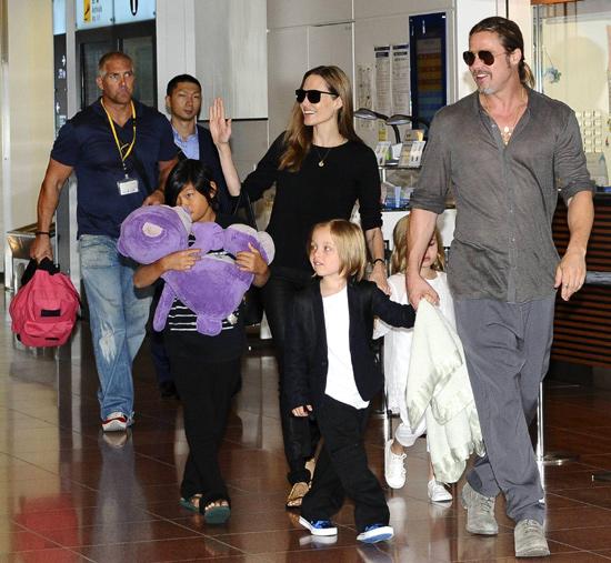 Brad Pitt y Angelina Jolie aterrizan en Tokio con su 'tropa'