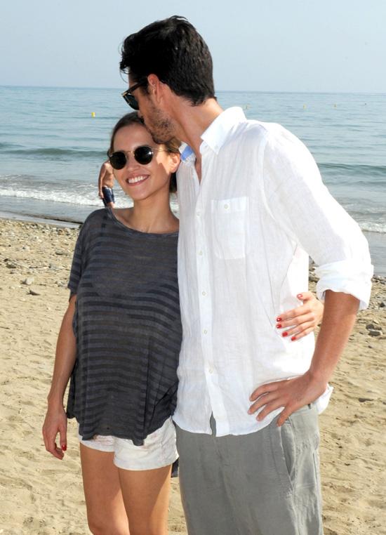 Ana Fernández y Santi Tracho, un amor 'con mucho arte' por las playas de Marbella