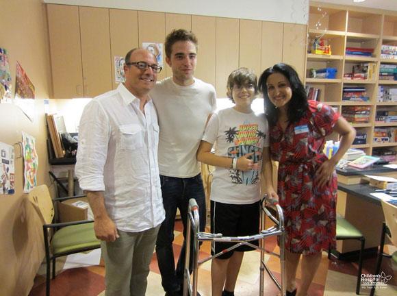 ¡Es él! Robert Pattinson sorprende a los pacientes de un hospital infantil