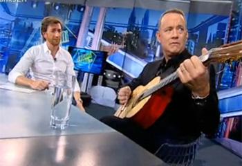 Tom Hanks toca el piano de 'Big' y canta 'La vida es una tómbola' en 'El Hormiguero'