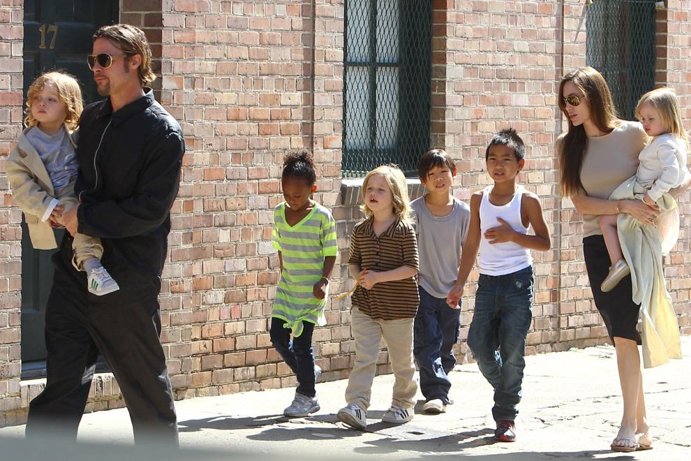 Brad Pitt, dando un paseo en compañía de toda su familia