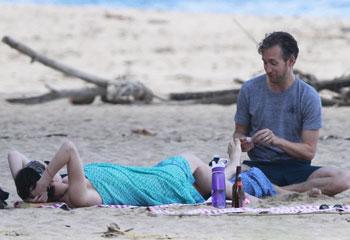 El gran susto de Anne Hathaway mientras practicaba surf