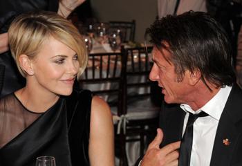 Charlize Theron y Sean Penn... miradas que hablan por sí solas