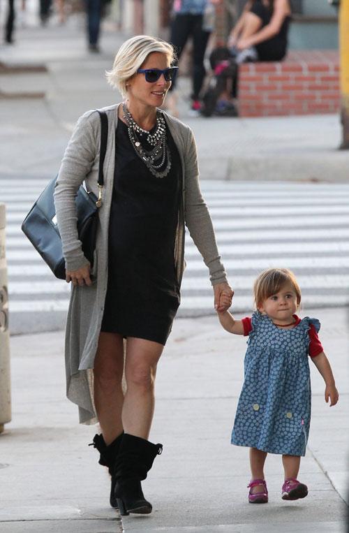 La hija de Elsa Pataky ayuda a mamá con las compras de los bebés