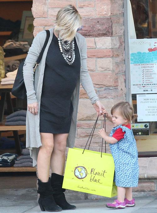 Una mama de compras y sin tanga upskirt - 3 2