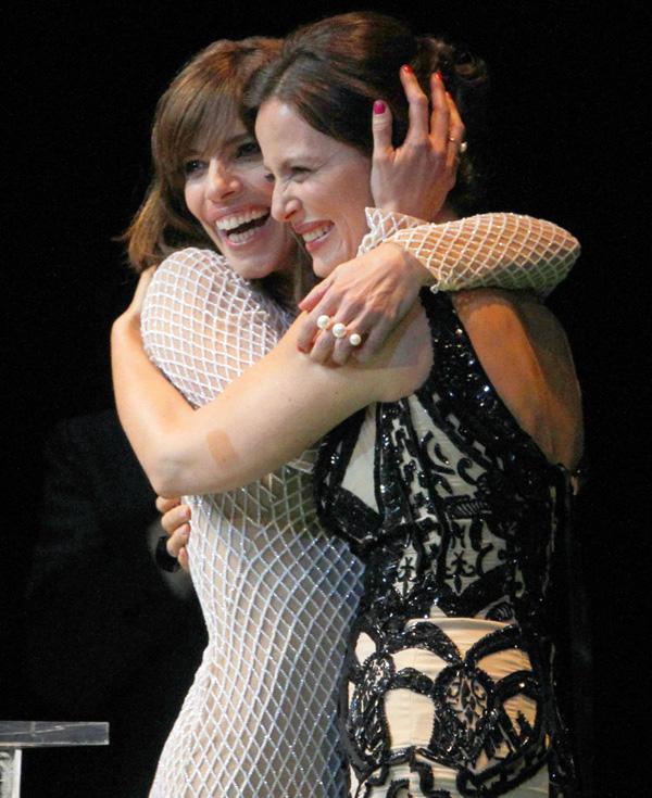 Maribel Verdú se emociona al recibir un premio de manos de sus grandes amigos