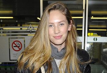 Dylan, hija de Sean Penn, aterriza en Madrid y revoluciona el aeropuerto con su belleza