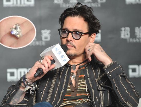 ¿Y por qué no? Johnny Depp también luce su anillo de compromiso