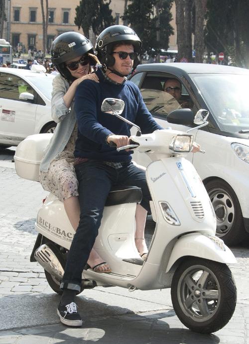 ¡A salvo con Spiderman! Emma Stone y Andrew Garfield recorren Roma en Vespa
