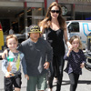 Angelina Jolie premia a sus hijos con una visita a la juguetería más antigua de Estados Unidos