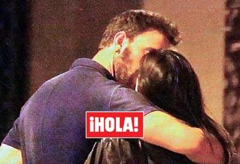 En ¡HOLA!, el primer beso de Dani Rovira y Clara Lago