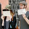 Emma Stone y Andrew Garfield usan a los paparazzis con un fin solidario