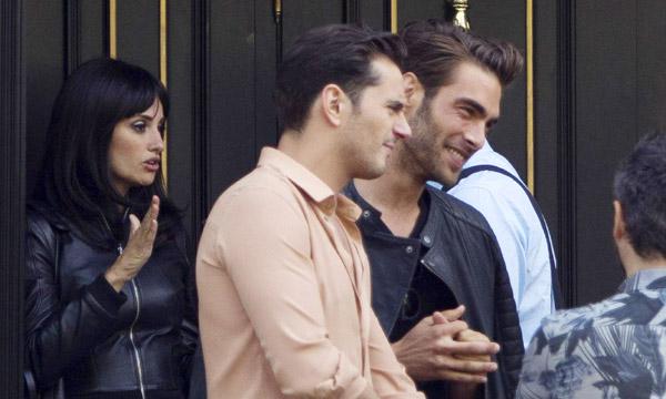Penélope Cruz, Jon Kortajarena y Asier Etxeandia, 'pillados' por las calles de Madrid