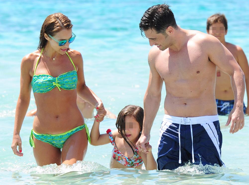 El primer baño del verano de David Bustamante y Paula Echevarría con Daniella