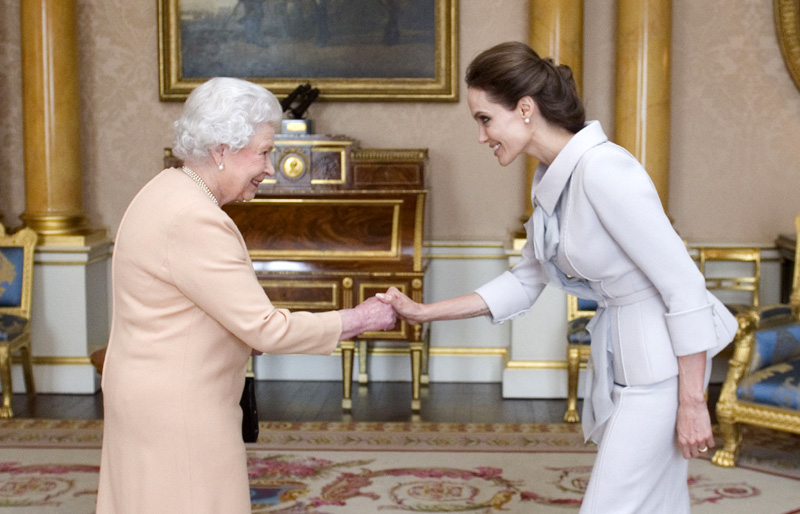 El encuentro de la Reina de Inglaterra y la 'reina' de Hollywood, Angelina Jolie