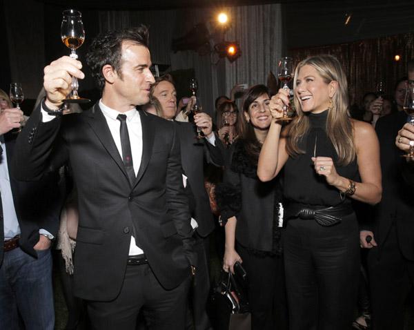 Jennifer Aniston brinda por su éxito con su prometido, Justin Theroux