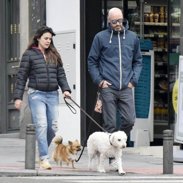 El paseo de Adriana Ugarte con sus tres amores