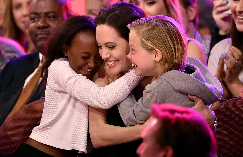 El abrazo de sus hijas Shiloh y Zahara, el mejor premio para Angelina Jolie en su reaparición tras anunciar su reciente operación