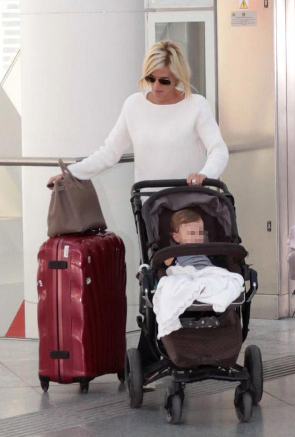 Amaia Salamanca, una premamá todoterreno a la que nada le impide viajar con su hija, el carrito, el bolso y las maletas