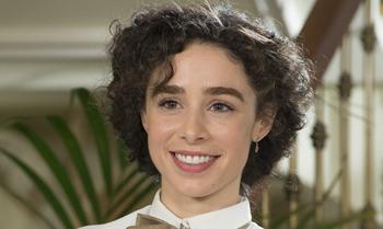 Candela, hija de Joan Manuel Serrat: 'En mi casa están contentos con mi debut en 'Seis hermanas', pero mi padre está de gira y aún no se ha enterado'