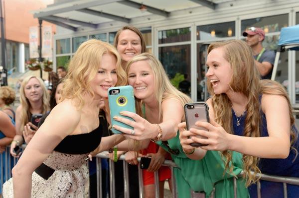 Besos, selfies aquí y allá y un marchoso baile... Nicole Kidman, la 'groupie' más divertida de Keith Urban